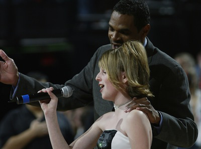 Photo of NBA 76'ers Coach Mo Cheeks Helps 7 Yr Old Natalie Ross Sing The Anthem After Forgetting The Words