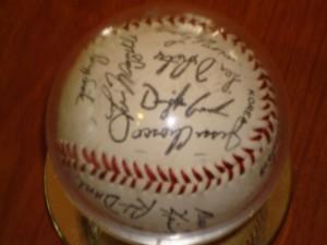 MLB - Official Autograph Ball of 1986 World Champ New York Mets Team - Dwight Gooden, Jesse Orosco, Lynn Dykstra