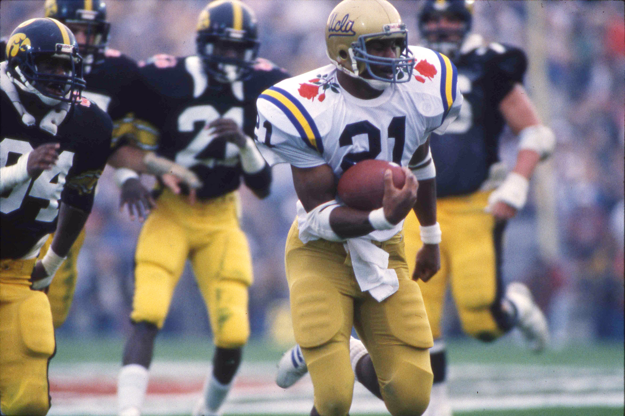 Photo of NCAA Football – 1986 – Rose Bowl Classic – UCLA Bruins Vs Iowa Hawkeyes – 4th Qtr