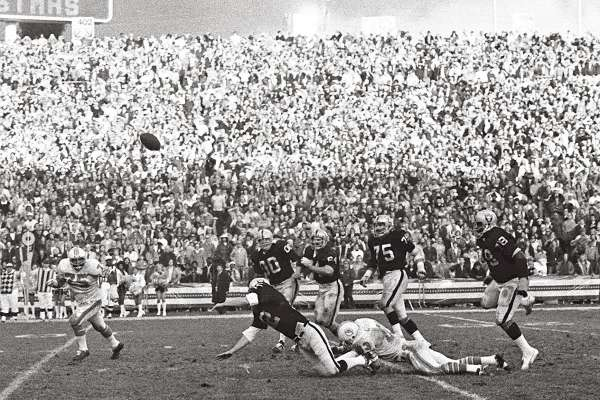Photo of NFL – 1974 – Greatest Plays – Oakland QB Stabler Flip To Clarence Davis With Last Second TD For Win