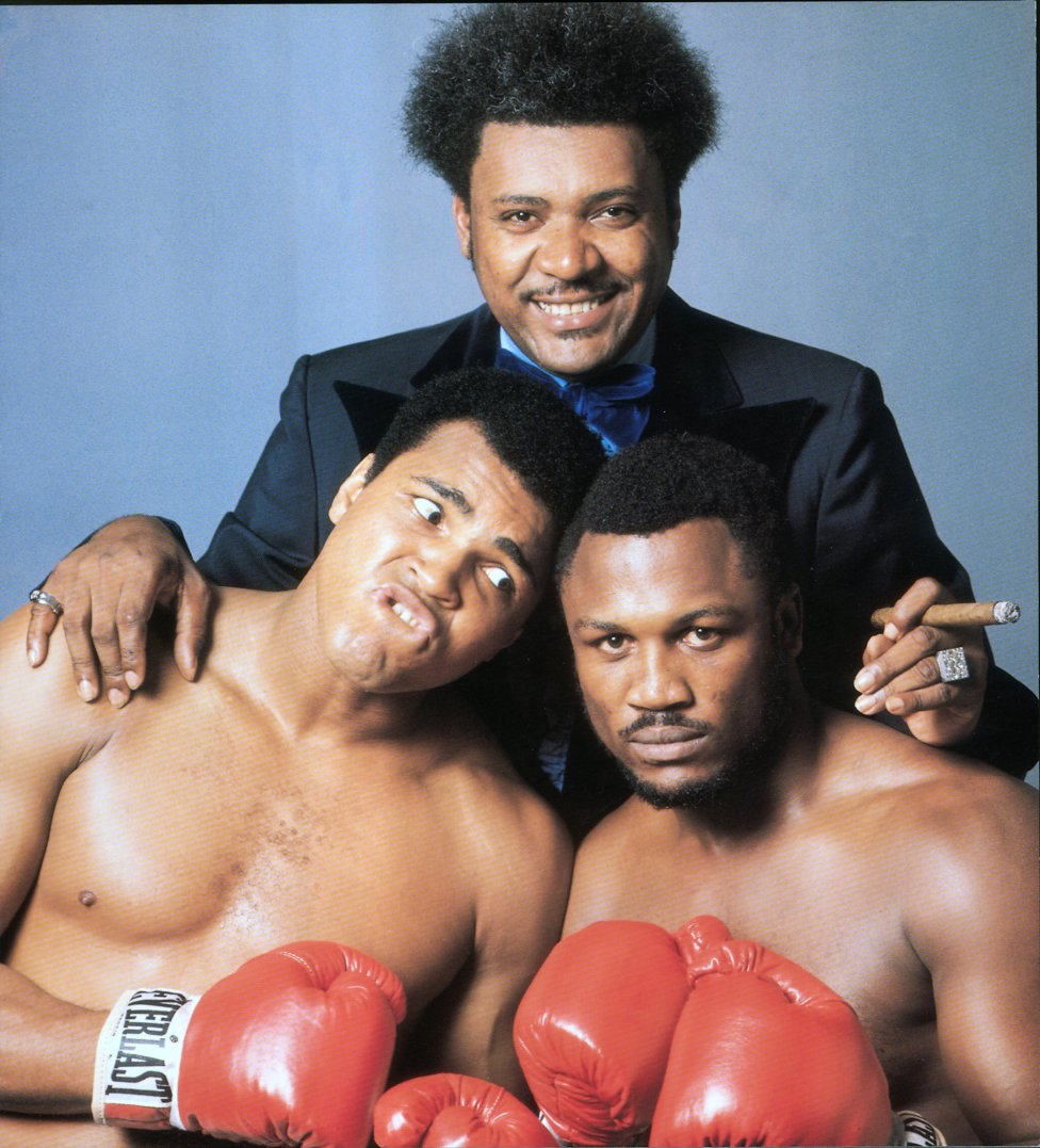 "Photo of Boxing – 1975 – Muhammad Ali + Smokin' Joe Frazier + Promoter Don King On ""The Killa And Thrilla And Chilla When I Get That Gorilla In Manila"""